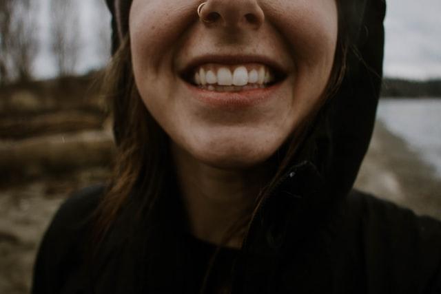 szerokie uśmiechnięta dziewczyna z białym zębami