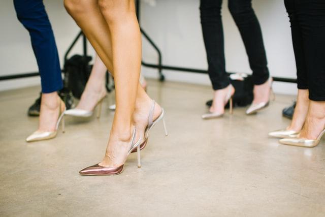 zbliżenie na damskie stopy w butach