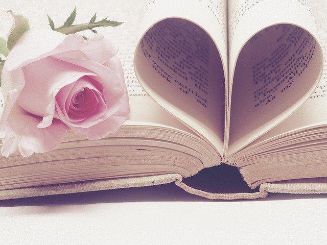 serce ułożone z kartek w książce
