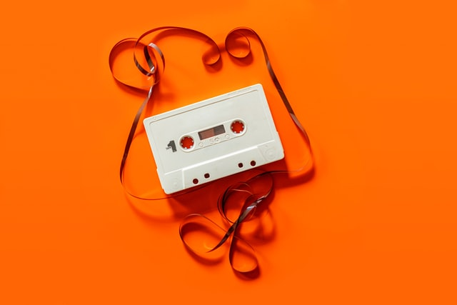 biała kaseta na pomarańczowym tle