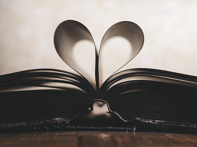 serce ułożone z kartek papieru książki