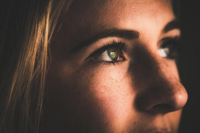 zbliżenie na zielone oczy blondynki