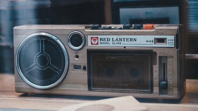 radio z głośnikami i wejściem na kasetę