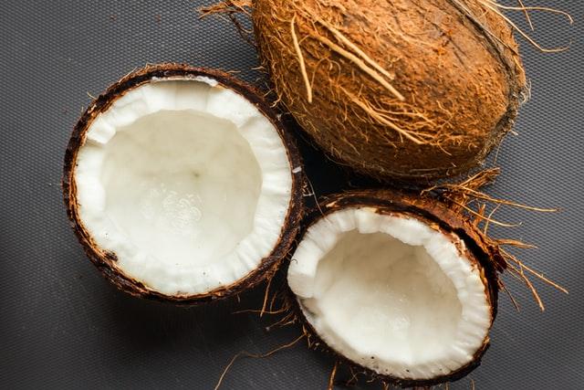kokosy przekrojone na pół w zbliżeniu
