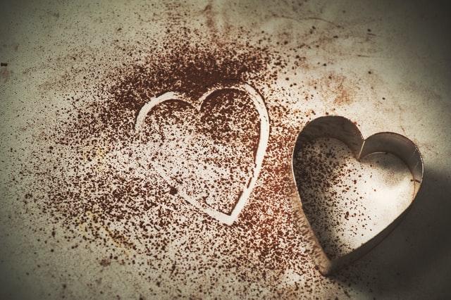 metalowa foremka w kształcie serca i wzór serca z kawy