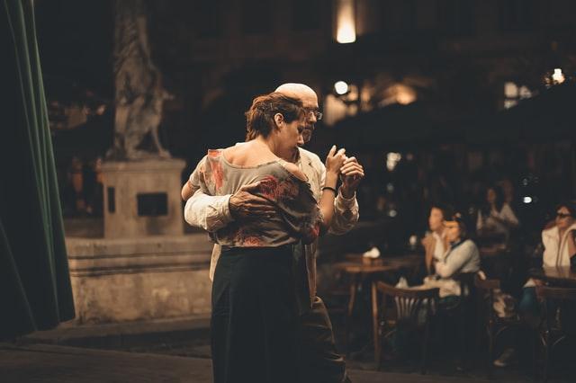 starsza para tańcząca w objęciu na zewnątrz