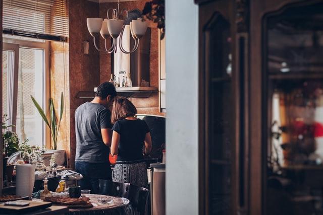 mężczyzna i kobieta stojący w kuchni w oddali