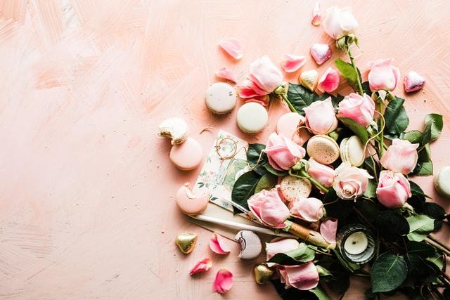 różowe kwiaty leżące na różowym stole