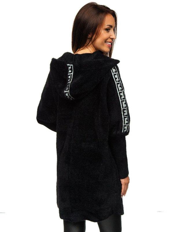 Monochromatyczna stylizacja z czarnymi legginsami i czarnym płaszczem damskim