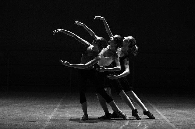 trzy baletnice na scenie czarno-białe zdjęcie