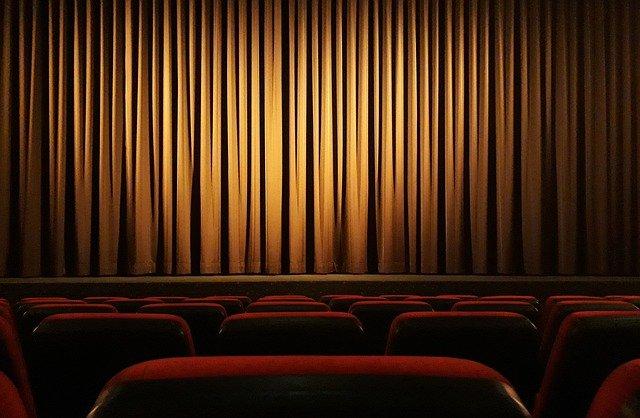 kurtyna w teatrze i czerwone krzesełka