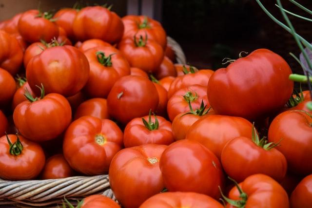 niezliczona ilość pomidorów leżących na sobie