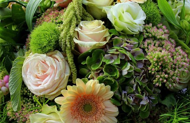 zbliżenie na bukiet kwiatów z dominującym kolorem zielonym