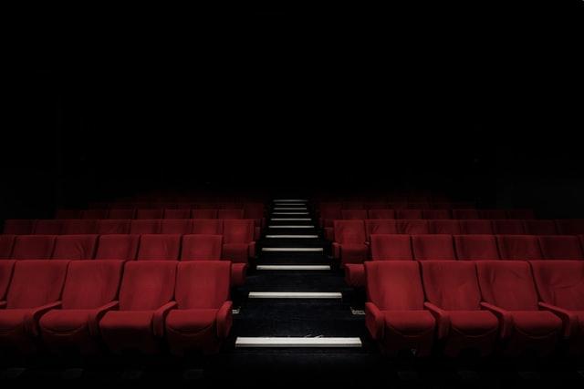 czerwone krzesła w sali kinowej
