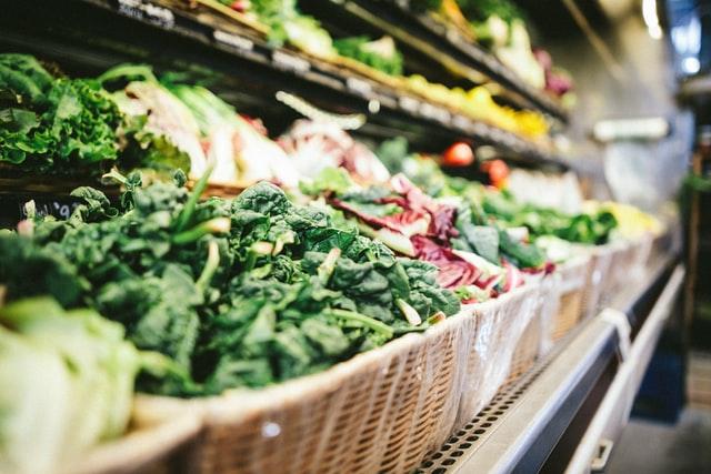 zbliżenie na wiklinowe kosze z warzywami w sklepie