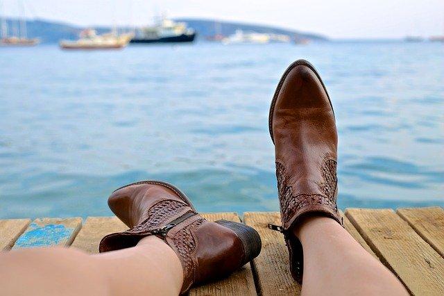zbliżenie na nogi w skórzanych buta za kostkę nad brzegiem basenu