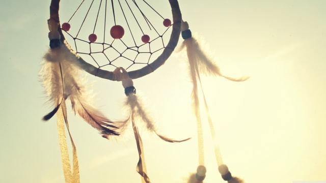 zbliżenie na fragment łapacza snów na tle jasnego nieba