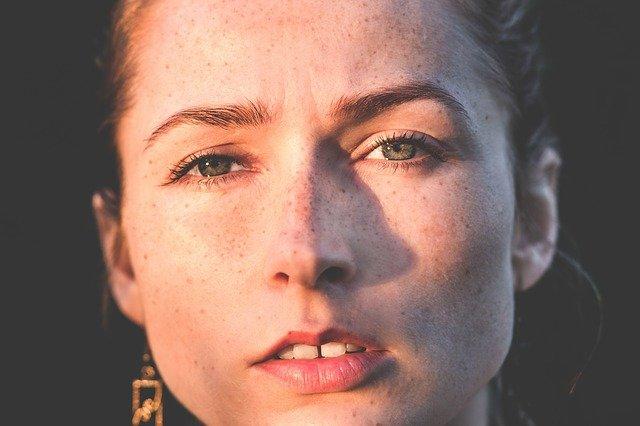 zbliżenie na twarz kobiety z piegami
