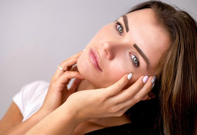 zbliżenie na kobiecą twarz bez mocnego makijażu