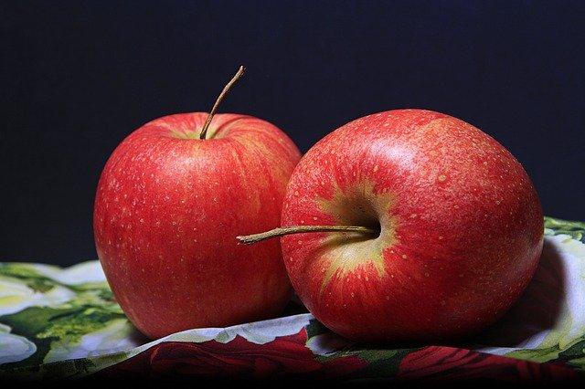 zbliżenie na dwa czerwone jabłka na czarnym tle