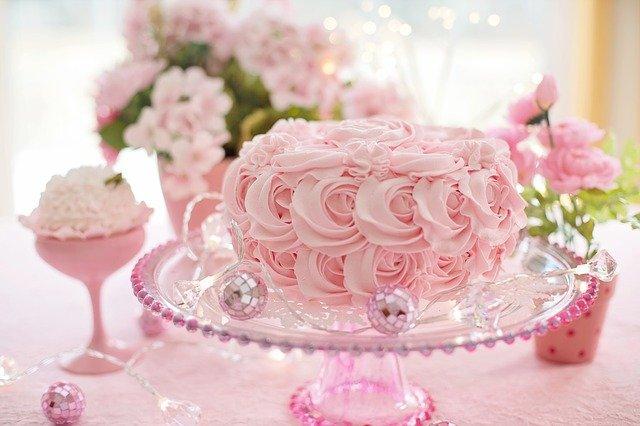 różowy tort wyglądający jak płatki róż na szklanej paterze