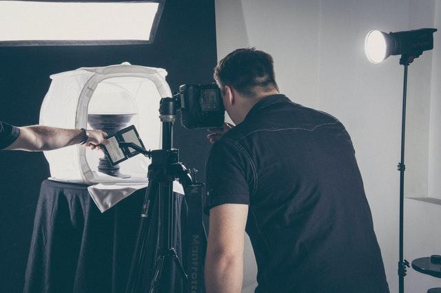 fotograf stojący tyłem robi zdjęcie